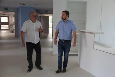 Bürgermeister Matthias Reinz und Geschäftsführer Dr. Manfred Bohn bei der Besichtigung des MVZ.