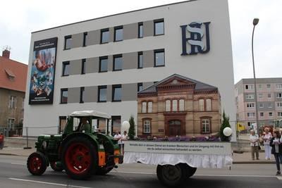 Am 16.06.2019 führte der Wagen des Hufeland Klinikums beim Brunnenfestumzug am Neubau MVZ in der Gothaer Landstraße vorbei.